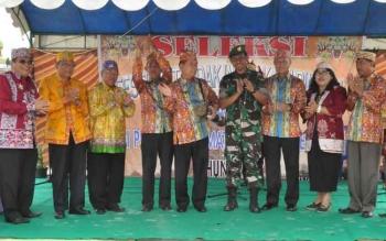 Bupati Kapuas Ir Ben Brahim S Bahat MM,MT.,didampingi Dandim 1011 KLK,ketua DAD Kapuas Talinting E.Toepak saat pembukaan Festival Tandak Intan Kaharingan.