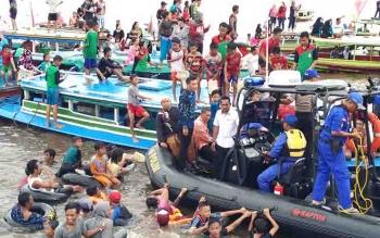 Bupati Kotim, Supian Hadi, menyapa ribuan masyarakat yang mengikuti proses Mandi Safar di Sungai Mentaya.