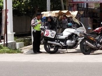 Anggota Direktorat Lalu Lintas Polda Kalteng menilang seorang pengendara sepeda motor, beberapa hari lalu. Pada kesempatan itu, petugas juga mengimbau untuk berhati-hati dalam berkendara.