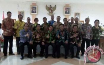 Bupati Barito Timur Ampera AY Mebas serta Sekda Eskop dan jajaran berfoto bersama dengan Deputi Pencegahan Korupsi KPK Heri Nurudin dan Ramdhani usai membahas rencana aksi pencegahan korupsi,