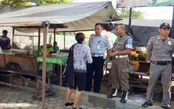 Anggota Satpol PP Gunung Mas menertibkan para pedagang di areal parkir pasar baru Kuala Kurun, Kamis (16/11/2017) pagi