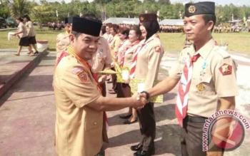Bupati Barito Timur Ampera AY Mebas memberikan oenghargaan kepada pengurus dan pembina pramuka Kwarcab Barito Timur usai peringatan HUT Pramuka ke-56 di Bumi Perkemahan Bangi Wao, Senin (30/10/2017).