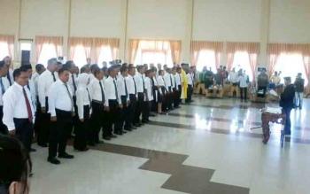 Ketua KPU Sapta Tjita mengambil sumpah janji kepada anggota PPK di Gedung Selawah Kasongan, Kamis (16/11/2017)