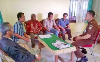Puluhan warga Desa Palu rejo saat melaporkan kadesnya ke Kejaksaan Negeri Barito Selatan beberapa waktu lalu