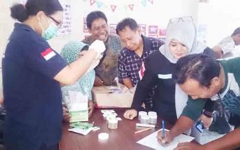 Tes urine khusus bagi ketua RT di Kelurahan Baru, merupakan yang pertama dilaksanakan oleh BNNK Kobar, nampak para ketua RT dengan antusias mengambil air seni untuk di tes oleh BNNK.