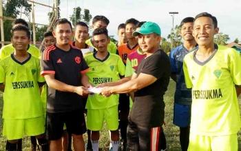 Ketua KONI Sukamara M Yamin saat menyerahkan bonus kepada pelatih sepak bola Sukamara.