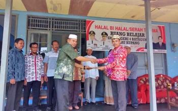 Kepala SMPN 4 Bataguh H Samsul Bahri menyerahkan laporannya kepada Kepala Bidang Pembinaan SMP Dinas Pendidikan Kabupeten Kapuas Alfrit, Kamis (16/11/2017)