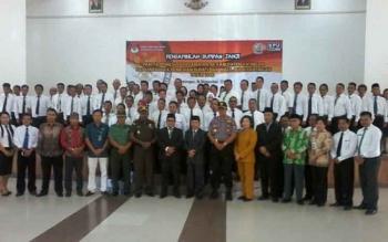 Sekda Katingan Nikodemus bersama Ketua KPU Sapta Tjita dan sejumlah pejabat foto bersama anggota PPK, Kamis (16/11/2017)
