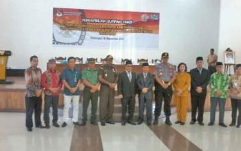 Sekda Katingan Nikodemus didampingi Ketua KPU Sapta Tjita foto bersama unsur FKPD pada acara sumpah janji anggota PPK di Gedung Selawah, Kamis (16/11/2017).