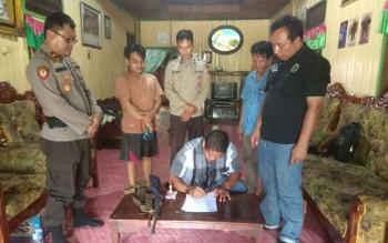 Kapolsek GBA, Kabupaten Barito Utara, Ipda Rahmat Saleh Simamora, menerima penyerahan dua pucuk senjata rakitan dari warga Desa Sei Paken, Kamis (16/11/2017).