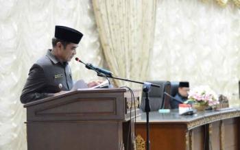 Wakil Bupati Barito Utara saat membacakan pidato pengantar bupati dalam rangka penyampaian nota keuangan RAPBD 2018, Kamis (16/11/2017).