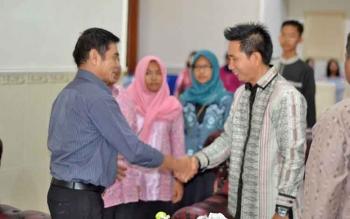 Bupati Barito Utara Nadalsyah berjabat tangan dengan Wakil Bupati Ompie Herby.