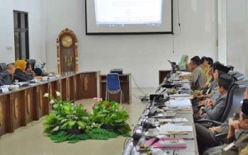 DPRD Barito Utara menggelar Rapat Pembahasan Raperda tentang Pengangkatan dan Pemberhentian Perangkat Desa di ruang rapat dewan, Kamis (16/11/2017).