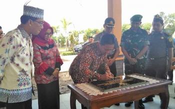 Bupati Pulang Pisau Edy Pratowo saat menandatangani prasasti peresmian gedung serba guna Dinkes Pulang Pisau.