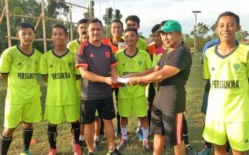 Ketua KONI Sukamara M Yamin saat menyerahkan bonus kepada Pelatih Persatuan Sepakbola Sukamara.
