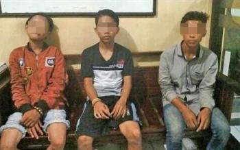 Tiga remaja laki-laki yang diamankan masyarakat dan diserahkan ke Polsek Ketapang, Kamis (16/11/2017) dinihari.
