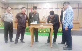 Wakil Ketua DPRD Kotim, Supriadi menandatangani naskah KUA-PPAS pada sidang paripurna, Jumat (17/11/2017)