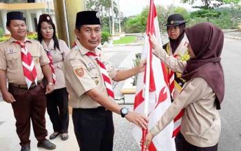 Penyerahan Bendera Oleh Kutua Kuarcab Mura Kepada Peserta Kontingen Yang di Berangkatkan