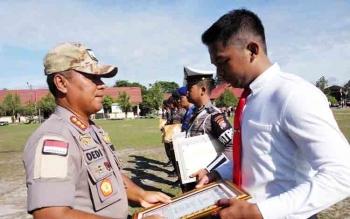 Wakapolda Kalteng Kombes Dedi Prasetyo menyerahkan penghargaan kepada anggota Reskrim Polres Palangka Raya, Jumat (17/11/2017)