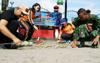 Direktur Polair Polda Kalteng Kombespol Badarudin (topi biru) bersama anggota personel melakukan kebersihan di Taman Kota Sampit, Jumat (17/11/2017).
