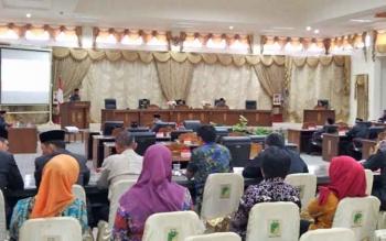 Rapat Paripurna dengan agenda penyampaian pemandangan umum fraksi terhadap raperda APBD 2018 di DPRD Barito Utara, Jumat (17/11/2017).