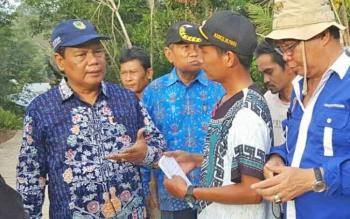 Sekda Barito Utara Janial Abidin beserta jajarannya memantau lokasi banjir di Kecamatan Lahei, Jumat (17/11/2017).