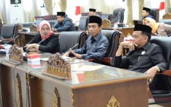 Anggota DPRD Kabupaten Barito Utara mengikuti Sidang Paripurna membahas RAPBD 2018, Jumat (17/11/2017).
