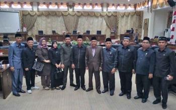 anggota DPRD Barito Utara berfoto bersama seusai rapat paripurna.