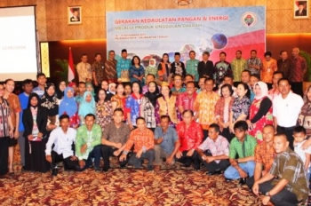 Plt Sekda Kalteng Mugeni, Dirjen dan sejumlah direktur di Kemendes PDTT saat bersama Pelopor dan Pendamping Penggerak Produk Unggulan dari 73 kabupaten yang hadir di Palangka Raya, Jumat (17/11/2017).
