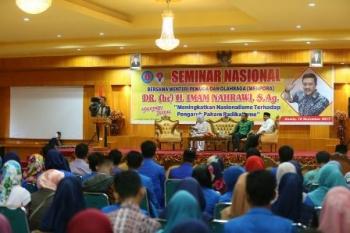 Menpora Imam Naharwi saat orasi ilmiah di Seminar Nasional dengan tema Meningkatkan Nasionalisme Terhadap Pengaruh Paham Radikalisme di Convention Center STIE Sumbar Pariaman, Kota Pariaman, Jumat (17/11/2017).