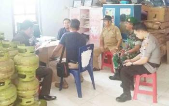 Anggota DPRD Kotim, Abdul Khalik bersama pihak koramil, polsek dan Kecamatan Parenggean sidak elpiji yang belakangan ini harganya melambung