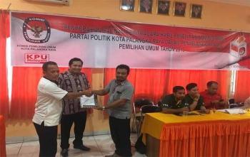 Ketua KPU Kota Palangka Raya, Eko Riadi menyerahkan BA kepada salah satu pengurus partai politik, Jumat (17/11/2017)