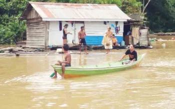 Warga yang masih melakukan pencarian disekitar lokasi korban tenggelam, Sabtu (18/11/2017)