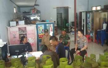 Anggota DPRD Kotim H Abdul Khalik saat sidak gas elpiji di Kecamatan Parenggean bersama pihak terkait