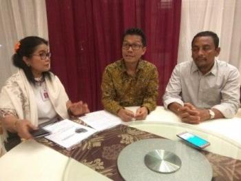 Dirjen PDT, Syamsul Widodo (tengah) dan Dirjen Nyelong Inga Simon (kiri) saat memberi keterangan pers tadi malam.