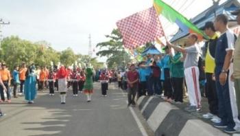Bupati Kapuas Ben Brahim S Bahat mengibarkan bendera start sebagai tanda pelepasan peserta Jalan Santai sebagai bagian dari rangkaian peringatan Hari Amal Bhakti (HAB) Kantor Kementerian Agama (Kemenag) Kapuas, Minggu (19/11/2017)