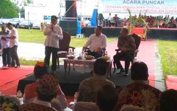 Gubernur Kalteng, Sugianto Sabran bersama Menteri Desa Pembangunan Daerah Tertinggal dan Transmigrasi (Kemendes PDTT), Eko Sandjojo dalam pembukaan Pameran Produk Unggulan Daerah.