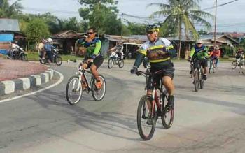Wakapolda Kalteng, Kombes Dedi Prasetyo bersama pejabat utama polda bersepeda santai.