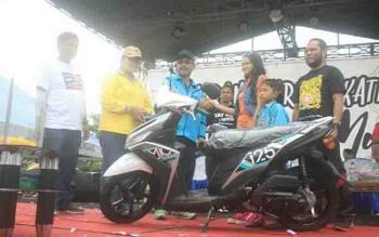 Pemenang hadiah utama sepeda motor pada jalan sehat Karang Taruna Kabupaten Katingan.