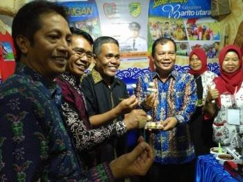 Sekda Barito Utara Jainal Abidin dan kepala SOPD saat pembukaan Pameran Kedaulatan Pangan dan Energy melalui Produk Unggulan Daerah di Arena Pameran Temanggung Tilung, Kota Palangka Raya, Sabtu (18/11/2017).