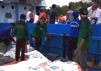 Dua kapal LCT milik perusahaan dan pengusaha memuat makanan, obat-obatan, tenda, dan lainnya untuk didistribusikan ke warga korban banjir di Kecamatan Lahei, Kabupaten Barito Utara, Minggu (19/11/2017).