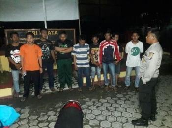 Sejumlah siswa SMA pelaku balap liar diamankan di Polsek Jaya Karya, Kabupaten Kotawaringin Timur, untuk diberi pembinaan, Sabtu (19/11/2017) malam.