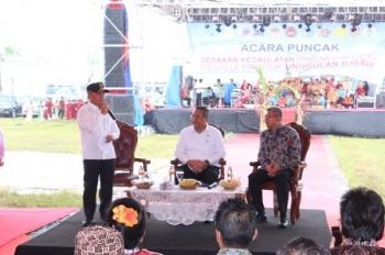 Gubernur Kalteng Sugianto Sabran (kiri) saat memberikan sambutan pada acara Puncak Gerakan Kedaulatan Pangan di Arena Pameran Temanggung Tilung, Kota Palangka Raya, Minggu (19/11/2017).