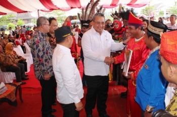 Mendes PDTT Eko Putro S bersama Gubernur Kalteng Sugianto Sabran menyerahkan bantuan untuk peningkatan program unggulan desa pada acara puncak kedaulatan pangan di arena Pameran Temanggung Tilung, Palangka Raya, Minggu (19/11/2017).