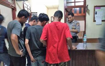 Dua tersangka pencuri pakaian di lima distro saat diintrogasi di Polsek Baamang, Kotim, didampingi keluarganya, Minggu (19/11/2017).