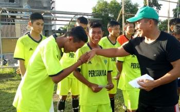 Ketua KONI Sukamara M Yamin saat memberikan bonus kepada atlet sepakbola, beberapa waktu lalu.