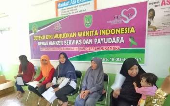 Sejumlah ibu mengikuti pemeriksaan IVA gratis di Puskesmas Sukamara, Kabupaten Sukamara, beberapa waktu lalu.