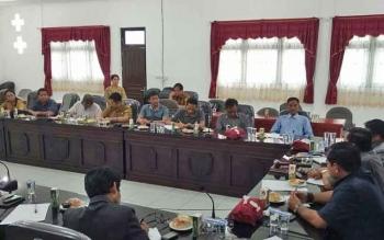Rapat antara Komisi III DPRD Gunung Mas dan pihak Dinas Kesehatan serta beberapa kontraktor pelaksana proyek rumah sakit pratama di Tumbang Talakan, Kecamatan Manuhing, Senin (20/11/2017).