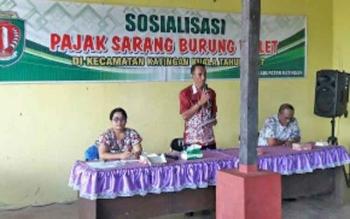 Pegawai BPKAD saat sosialisasi pajak sarang burung walet di Kelurahan Pagatan Hulu Kecamatan Katingan Kuala.