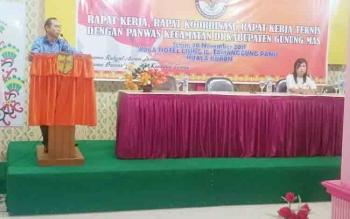 Ketua Panwaslu Kabupaten Gumas Walman Tristianto saat menyampaikan sambutan pada pembukaan Rakor dengan anggota Panwascam di Hotel Lising Kuala Kurun, Senin (20/11/2017).